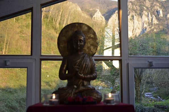 Statue de bouddha devant un paysage