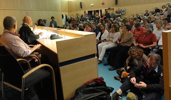 Des personnes assistent à une conférence