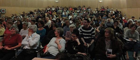 Des personnes assises à une conférence