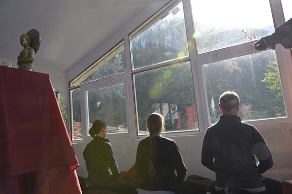Trois personnes méditent