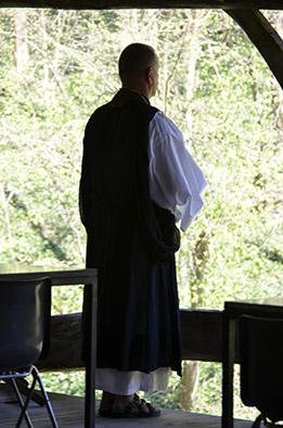 Philippe en tenue de méditation