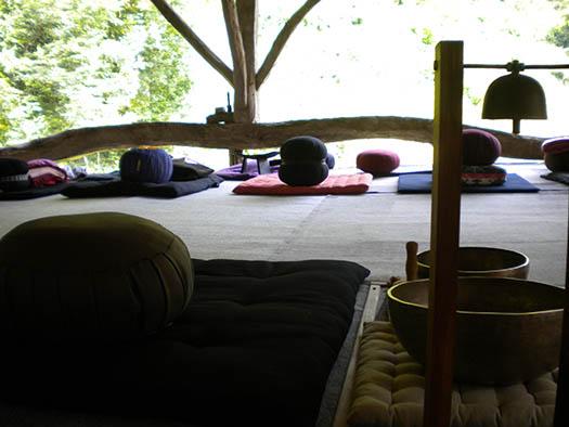 Un coussin de méditation et un gong