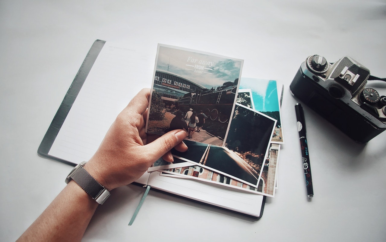 Une main qui tient des photos